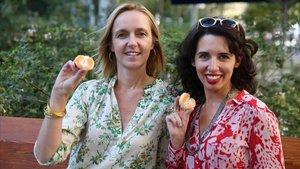 Las psicólogas y sexólogas Heidi Beroud-Poyet y Laura Beltran, en Barcelona.