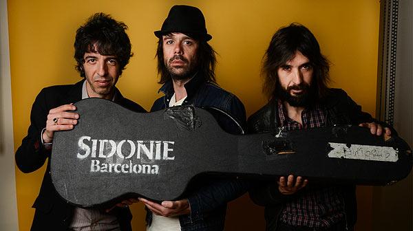 El grupo Sidonie interpreta en acústico la canción 'Una guitarra'.