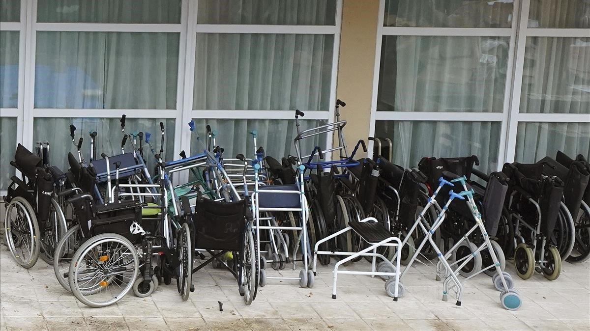 Sillas de ruedas en una residencia de ancianos.