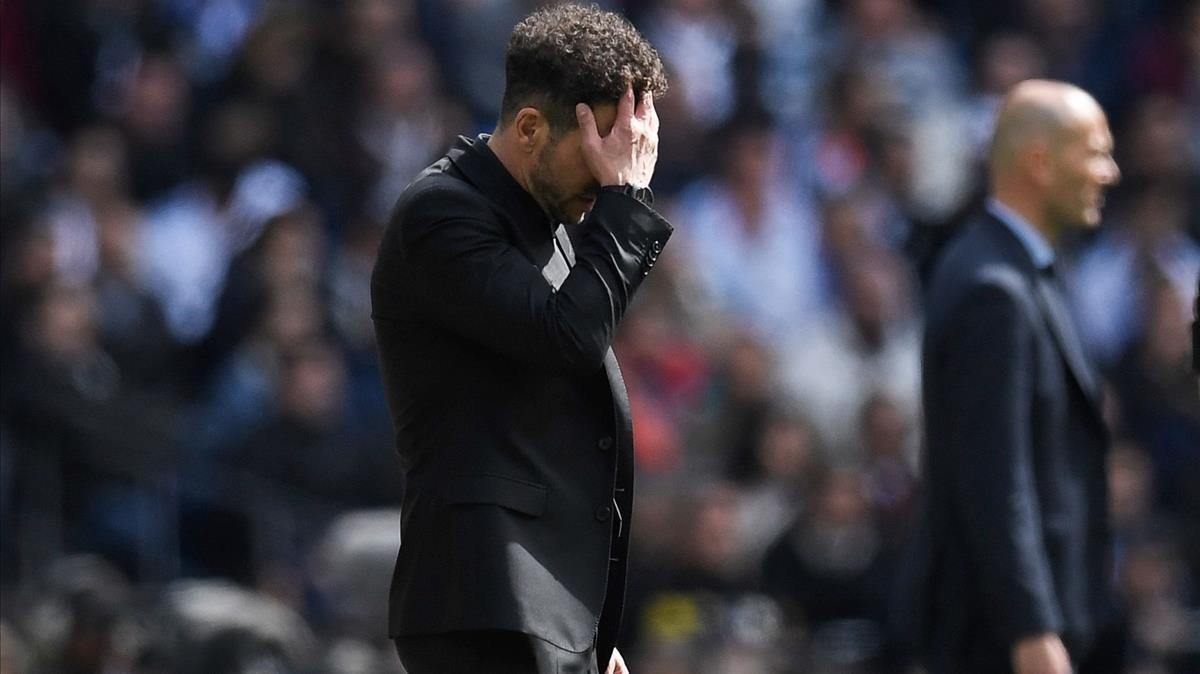 Simeone se lamenta de un error en el derbi contra el Madrid en el Bernabéu.