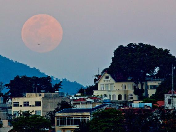Superluna llena en Río de Janeiro, esta madrugada.