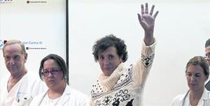 Teresa Romero saluda a los medios al salir del hospital, el pasado mes de noviembre en Madrid.