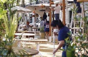 Unos trabajadores de una terraza de Madrid preparan las instalaciones para la apertura del negocio esta tarde tras entrar la Comunidad de Madrid en la fase uno de desescalada.
