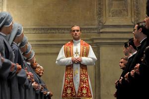 Jude Law en The young pope, serie escrita por Tony Grisoni, guionista invitado en el Serielizados.Fest, de Barcelona.
