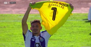 Tiquinho Soares muestra la camiseta con el nombre de Casillas tras marcar el primer gol del oporto en la Copa.