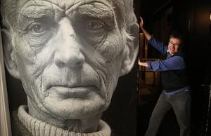 Toni Casares, director del teatro, junto al gran retrato de Samuel Beckett que se ha convertido en el emblema de la sala.