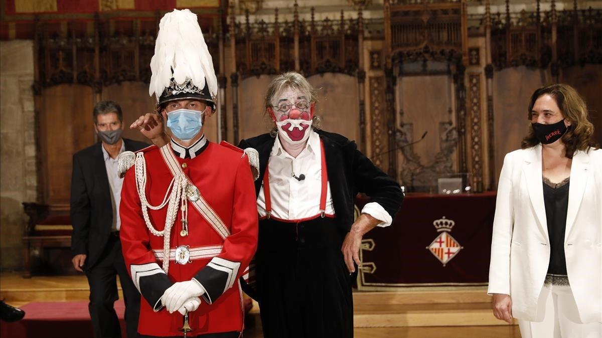 Tortell Poltrona y la alcaldesa de Barcelona, Ada Colau, durante el pregón de la Mercè.