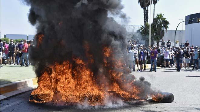 Trabajadores de Nissan queman neumáticos a las puertas de las fábricas en Barcelona.
