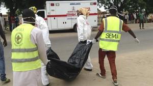 Trabajadores sanitarios trasladan el cuerpo de una víctima de otro ataque de Boko Haram el pasado 24 de julio en Maiduguri