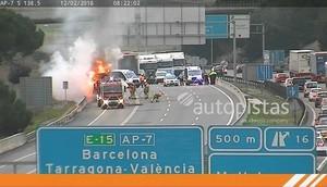 Aparatós incendi d'un camió a l'AP-7 a Mollet