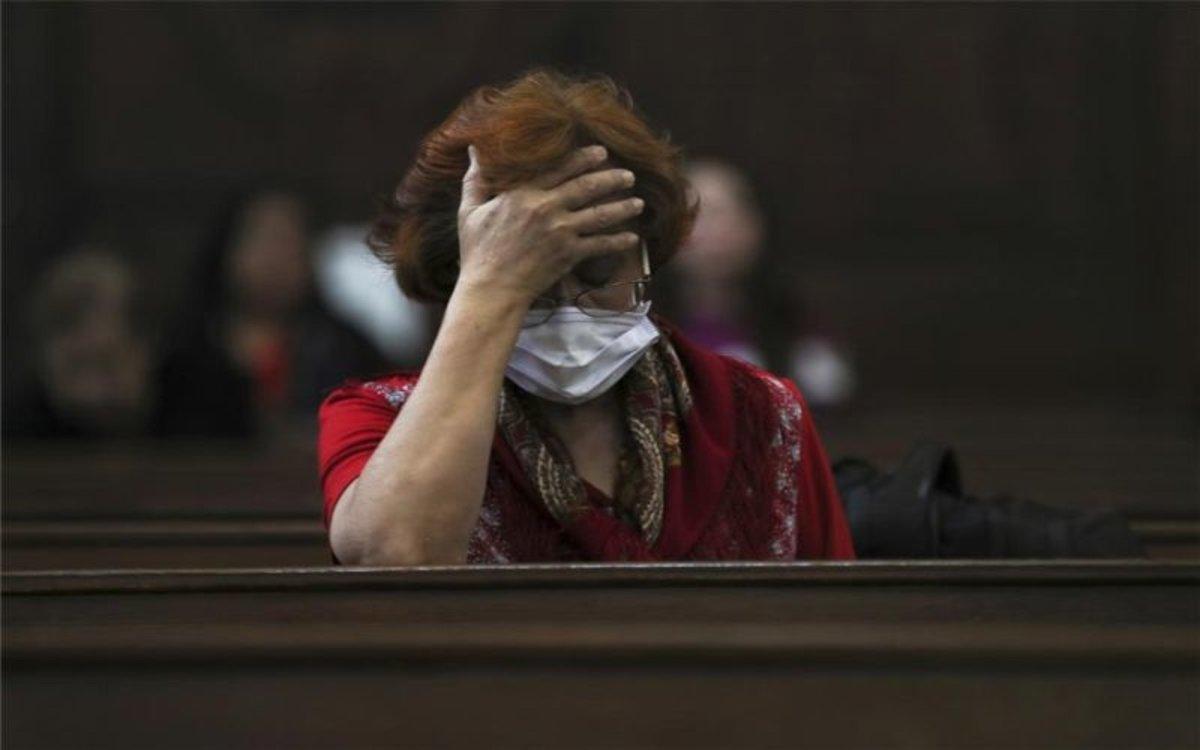 Una mujer con una mascarillapor el coronavirus.