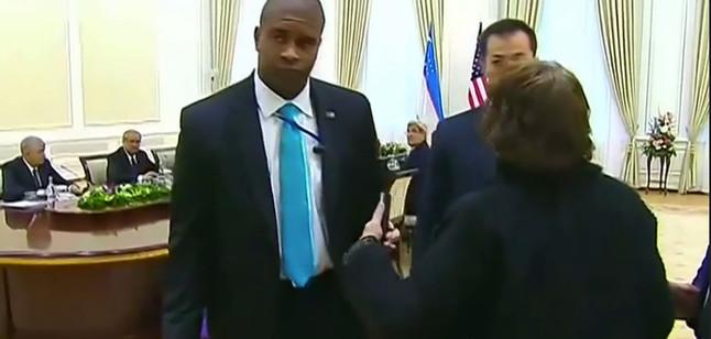 Momento en el que los encargados de seguridad han expulsado a la periodista delWashington Post de la sala