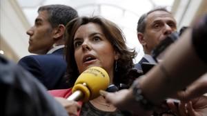 La vicepresidenta, Soraya Sáenz de Santamaría, atiende a los periodistas en los pasillos del Senado, el martes 9 de mayo.
