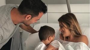 Elena Galera y Sergio Busquets junto a sus dos hijos Levi y Enzo en el hospital.