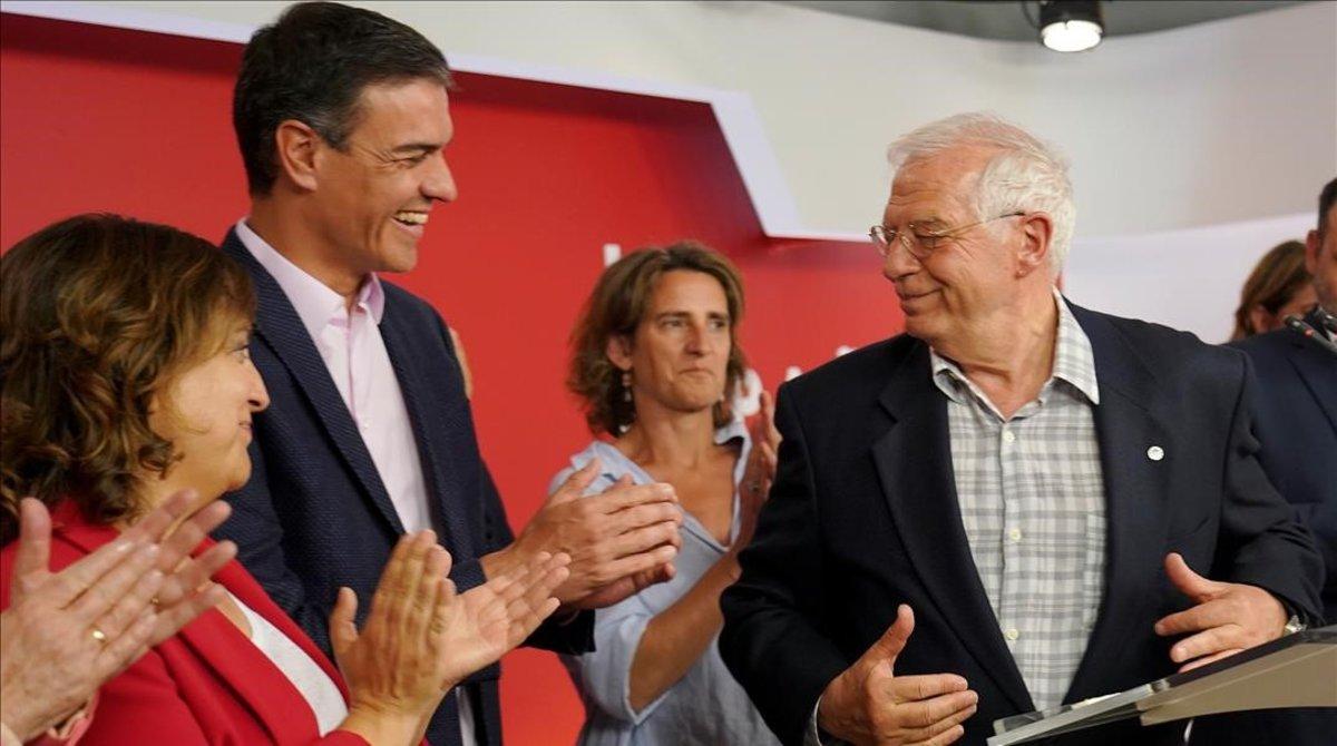 Pedro Sánchez aplaude a Josep Borrell tras conocer los resultados electorales.
