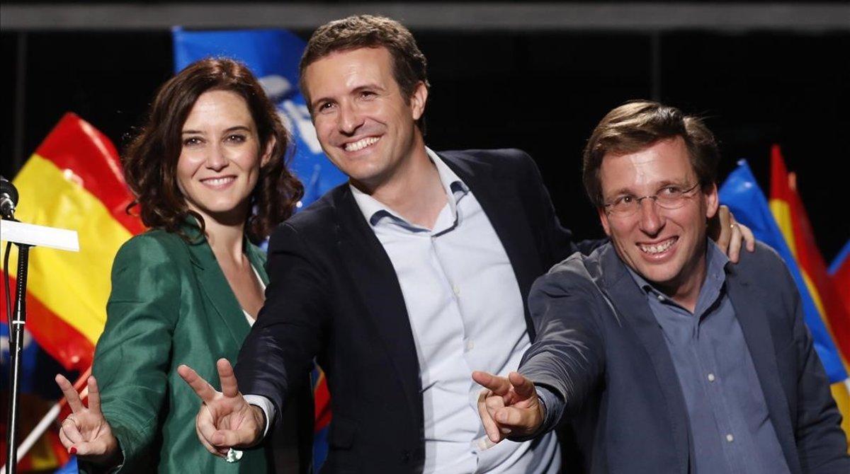 Pablo Casado entre la candidata a la Comunidad, Isabel Díaz Ayuso, y el alcaldable, José Luis Martínez Almeida.