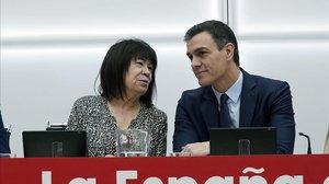 Cristina Narbona y Pedro Sánchez, este lunes en la sede del PSOE.