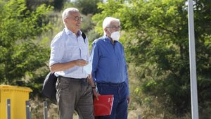 Daniel Osàcar, con su abogado, Xavier Melero, llega a la prisión de Brians II, en Sant Esteve Sesrovires, el pasado 25 de junio.