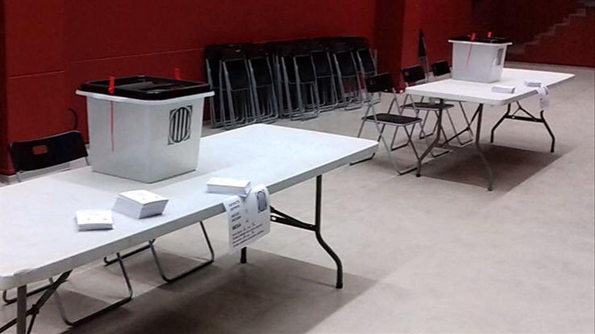 Urnas y papeletas preparadas para el referéndum.