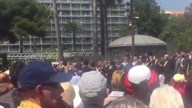 Abucheos al primer ministro francés, Manuel Valls, a su llegada a Niza.