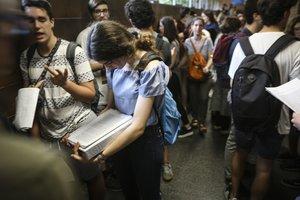 Varios estudiantes, antes de empezar los exámenes de selectividad.