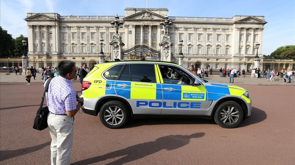 Un vehículo policial patrulla frente al Palacio de Buckingham.