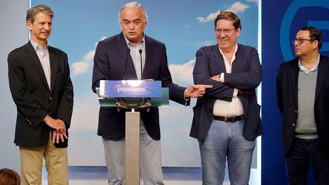 Venezuela expulsa a un grupo de europarlamentarios que iban a visitar el país, entre ellos, Esteban González Pons. En la foto, los eurodiputados populares explican el suceso en rueda de prensa.
