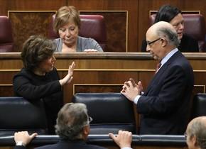 La vicepresidenta Soraya Sáenz de Santamaría y el ministro de Hacienda, Cristóbal Montoro, en un Pleno del Congreso