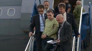 Luka Magnotta, detenido y custodiado por la policía canadiense, en el aeropuerto de Quebec, en el 2012.