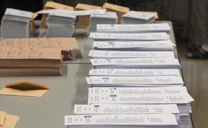 Papeletas con las distintas opciones políticas en un colegio electoral de Barcelona, en la jornada de las últimas elecciones generales.