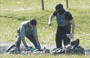 Agentes de la policía francesa inspeccionan uno de los zulos entregados por ETA, en la localidad deSaint-Pée-sur-Nivelle.