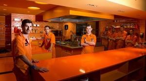 Izquierda, el barman Andreu Estríngana y, frente a la barra, el chef Mariano Citterio, junto al equipo naranja.