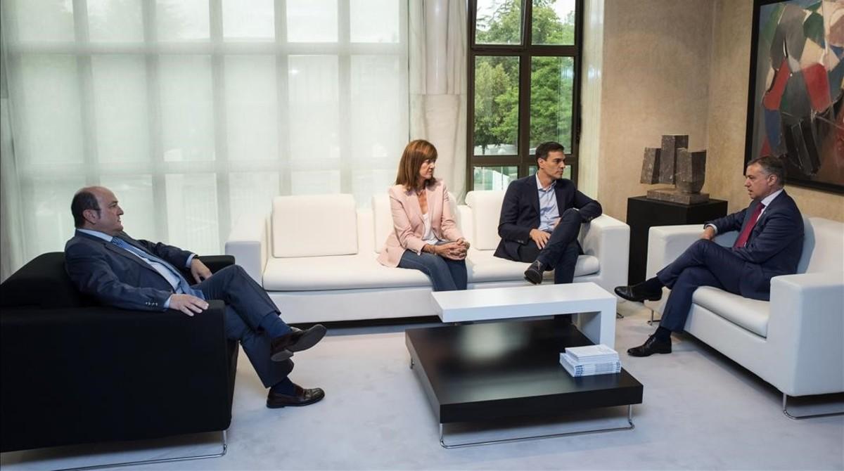 El lendakari, Iñigo Urkullu, junto al secretario generaldel PSOE, Pedro Sánchez; la líder de los socialistas vascos, Idoia Mendia; y el presidente del PNV, Andoni Ortuzar.