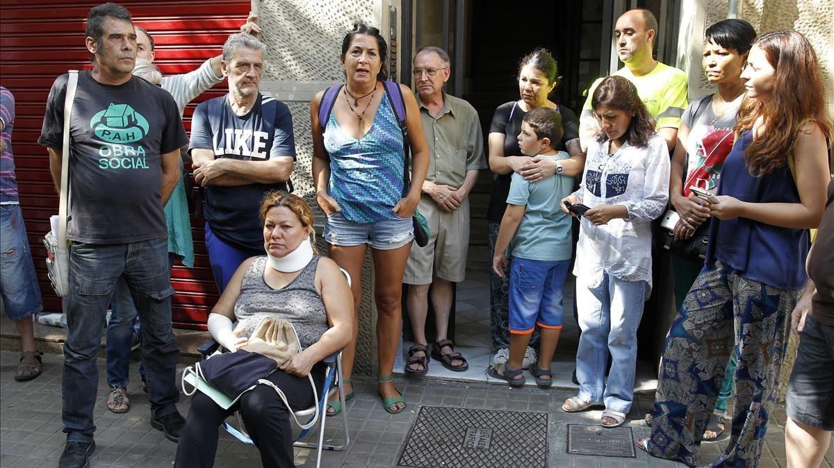 Vecinos de Entença, 151, junto con activistas, entre ellos una mujer herida en el desalojo del martes.