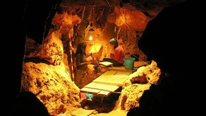Trabajos de excavación en la cueva de El Sidrón, en Asturias, donde se han localizado más de 2.500 huesos de neandertales.