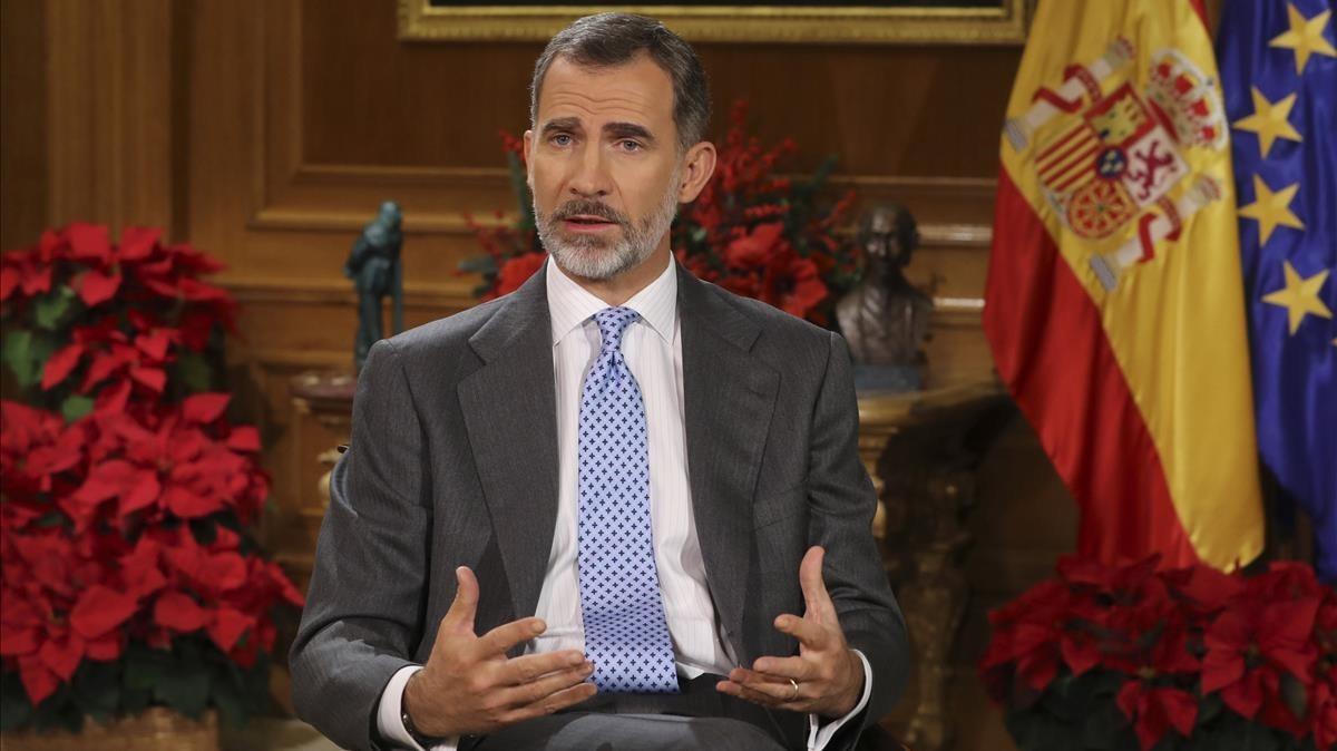 El Rey, en el Salón de Audiencias de la Zarzuela, durante la grabación del mensaje de Navidad de 2017.