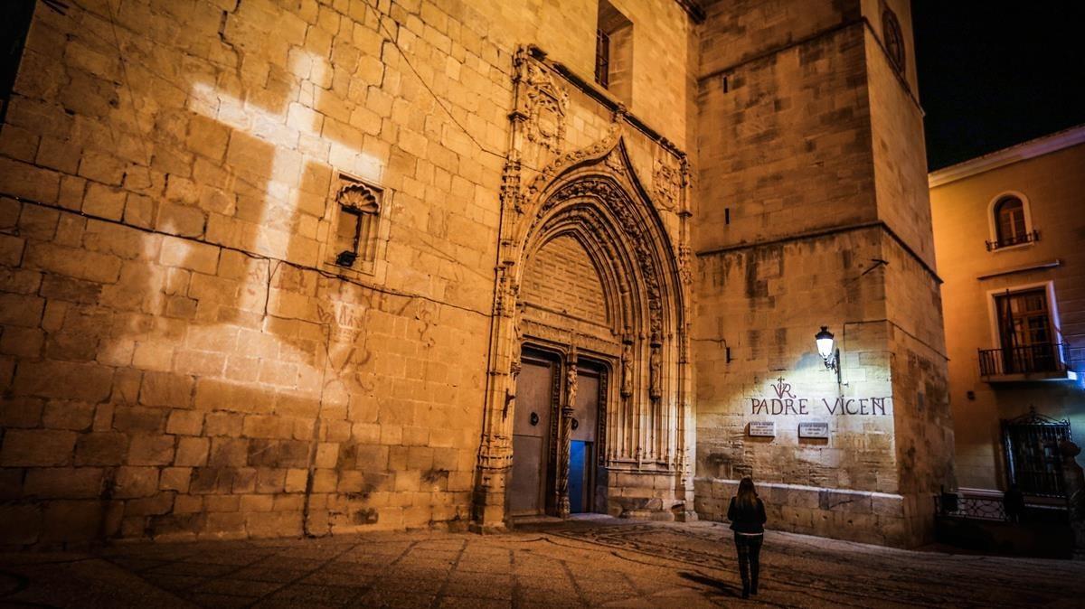La 'resurrecció' lluminosa de la polèmica Creu dels Caiguts de Callosa
