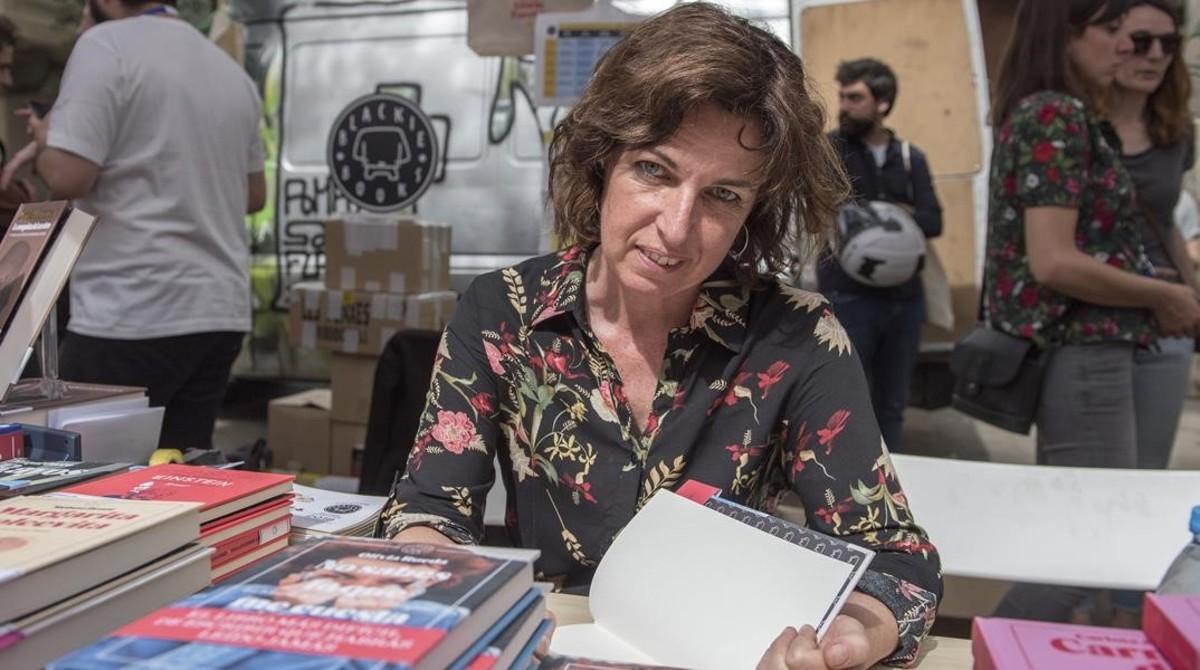 Olivia Rueda, en el estand de la plaza de la Virreina.