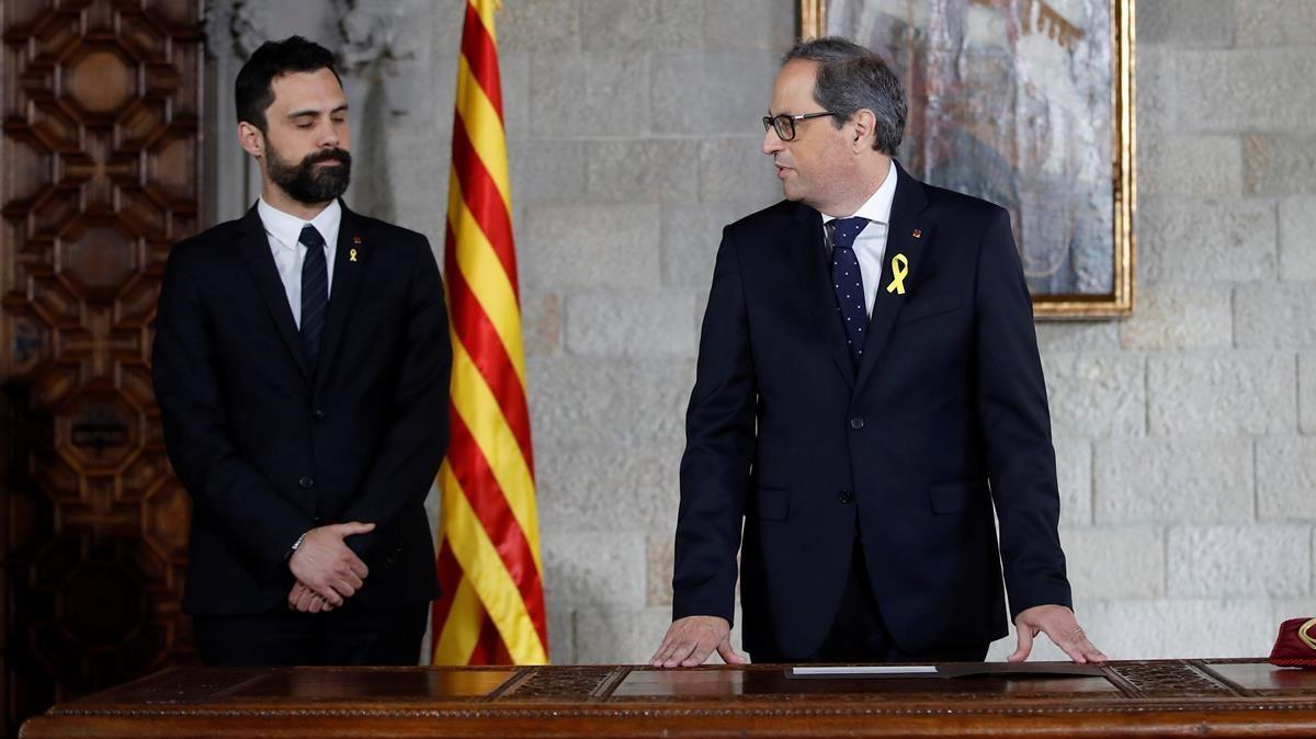 Quim Torra, acompañado por el presidente del Parlamnt, Roger Torrent, en la toma de posesión como president.