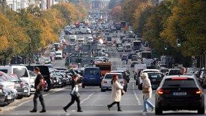 Tráfico en la calle Bismarck, en Berlín, el pasado octubre.