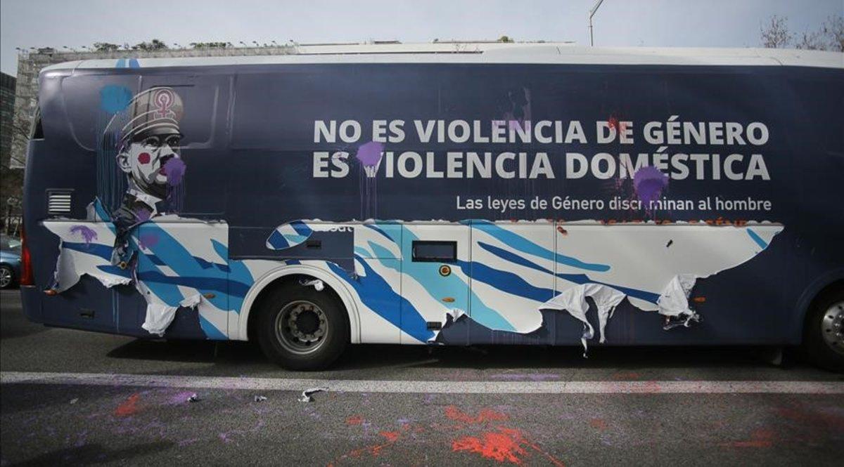 El autobús de 'Hazte oír', con un dibujo de Hitler 'tuneado' de mujer y feminista, y lemas contra la terminologíaconcepto 'violencia de género'.