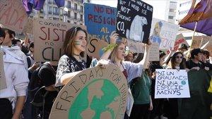 Jóvenes estudiantesinundan las calles de Barcelona durante la huelga de Fridays for future