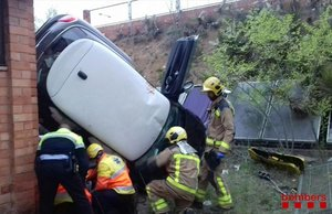 Tres ferits al caure el seu cotxe per un barranc al pati d'una escola