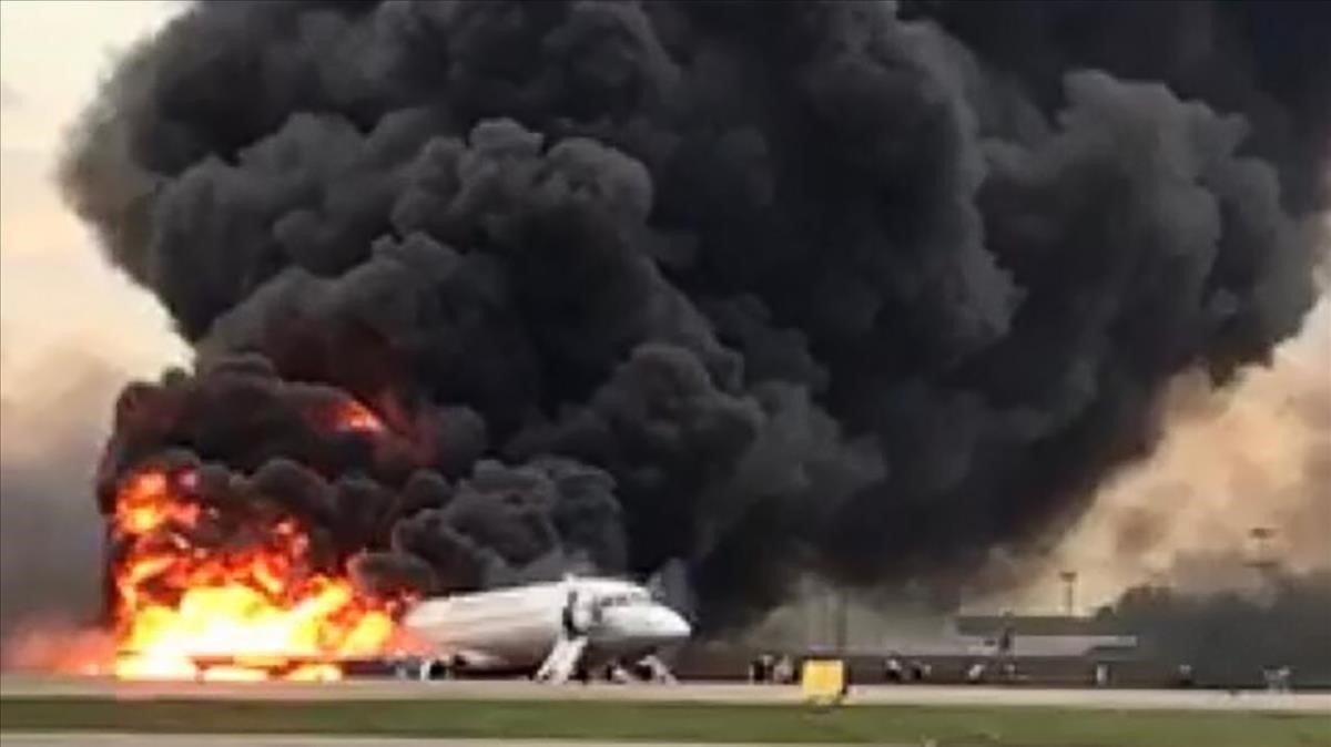 Imagen del avión en llamas en el aeropuerto de Moscú.