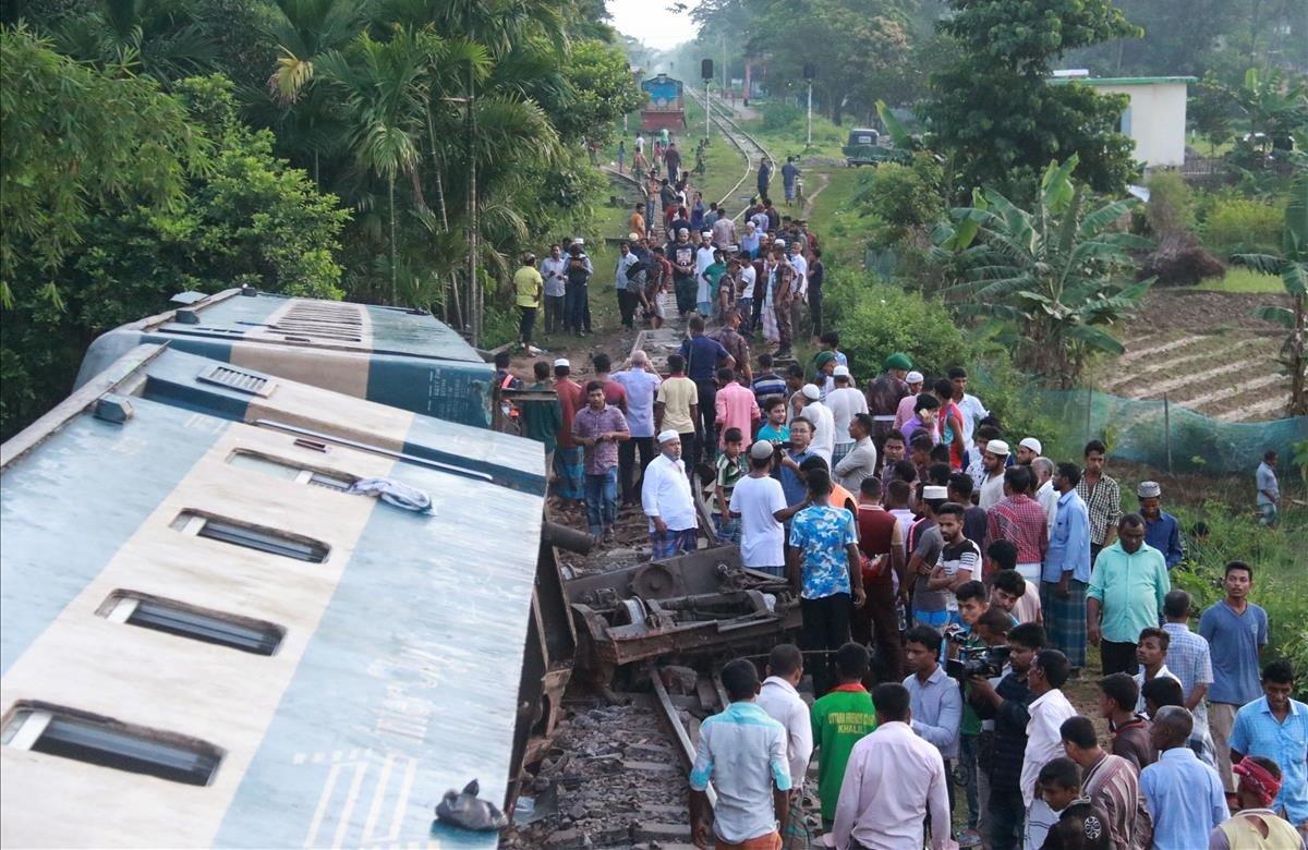 Un descarrilamiento de tren en el noreste de Bangladesh ha dejado al menos cuatro muertos y unos cien heridos. El accidente tuvo lugar en el distrito de Moulvibazar, a unos 203 kilómetros de Daca, la capital del país.