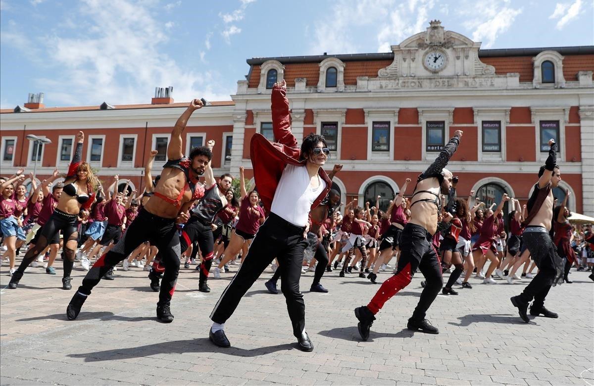 El elenco del musical Forever realizan un flashmob en homenaje a Michael Jackson con motivo del décimo aniversario de su muerte, esta mañana en la explanada de la estación Príncipe Pío(Madrid).