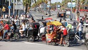 Manifestación de bicitaxis contra el intrusismo y la ilegalidad en el centro de Barcelona.