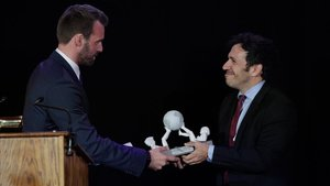 El directivo de HBO David Coupla (izquierda) recibe un galardón de José Antonio Gil, director de la Oficina de Patentes.