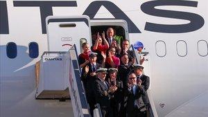 La tripulación del vuelo comercial más largo del mundo, a su llegada en el aeropuerto de Sídney (Australia).
