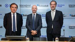 De izq. a derech., el presidente de Barcelona Global, Pau Guardans; el director de la Territorial de Catalunya y subdirector general de Banc Sabadell, Xavier Comerma; y el CEO de Barcelona Global, Mateu Hernández.